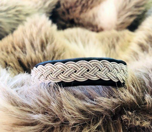 armband-eskil-smycke-tenntråd-koppartråd-läder-slöjdmaterial